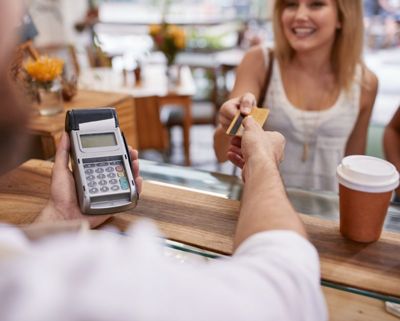 Karty i terminale płatnicze w akcji
