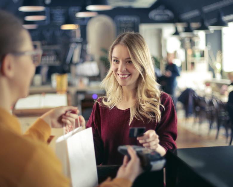 Dlaczego lepiej płacić za zakupy kartą niż gotówką